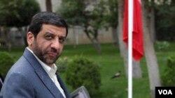 عزت الله ضرغامی در روزهای اخیر هدف انتقادات دولت حسن روحانی بوده است. بسیاری او را به جهتگیری علیه دولت متهم میکنند.