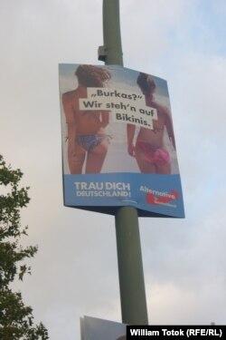 Плакат AfD у Берліні запитує, чи німці хочуть бачити бурки, чи бікіні