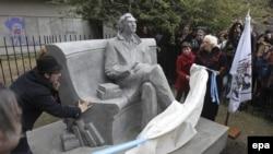 مجسمه خولیو کورتاسار در کتابخانه ملی آرژانتین در بوئنوس آیرس