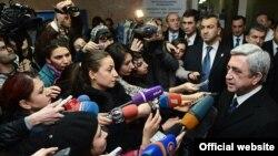 Президент Армении Серж Саргсян в медицинском центре Святого Григория Просветителя, Ереван, 1 февраля 2013 г.