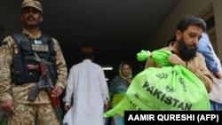 یو پاکستانی عسکر د انتخاباتو پاڼو وېشلو پر مهال د ټاکنو چارواکيو امنیت ساتي