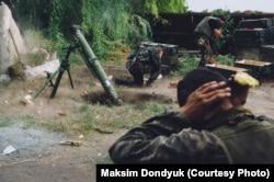 Украинские бойцы ведут минометный обстрел позиций сепаратистов во время штурма Иловайска. Село Грабское, 17 августа 2014 года. Фотограф Максим Дондюк