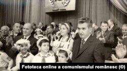 Un grup de pionieri îi salută pe participanții la Congresul PCR. Sursa: Fototeca online a comunismului, cota 6/1974