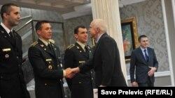 Джон Маккейн обменивается рукопожатиями с высокопоставленными черногорскими военными. Подгорица, 12 апреля 2018 года.