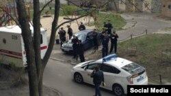 Сотрудники милиции на месте убийства украинского журналиста Олеся Бузины. Киев, 16 апреля 2015 года.