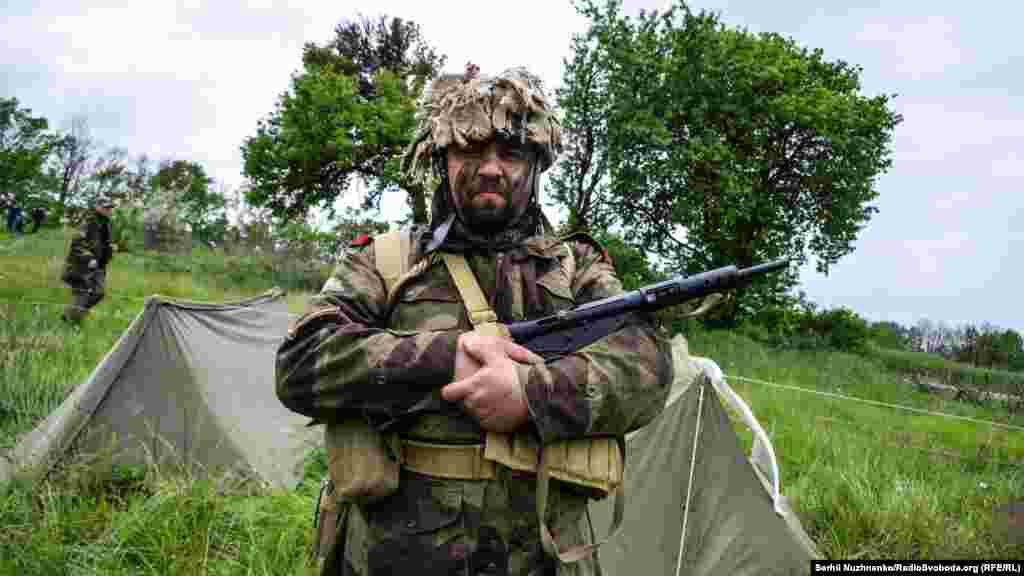 Десантник 1-ї повітряно-десантної дивізії армії Великоїбританії з гвинтівкою Лі Енвільд