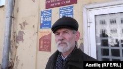 Нурмөхәммәт Хөсәенов мәхкәмә бинасы янында. 15 март 2016