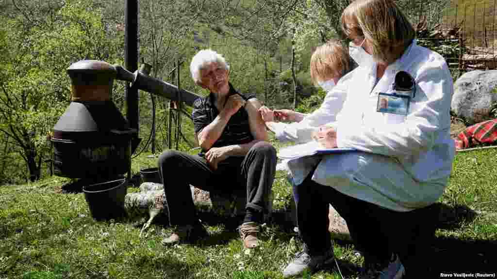 ЦРНА ГОРА - Екипи на здравствени работници од денеска одат во селата на планините во Црна Гора, кои се едни од најизолираните региони на Балканот, за да го вакцинираат населението против ковид-19.