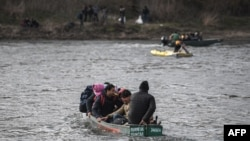 Заради засилените мерки за сигурност от гръцка страна по границата с Турция, основният поток от мигранти минава през река Марица