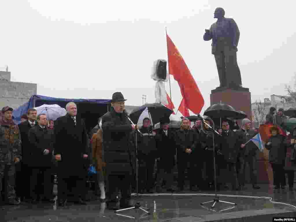 Акмәчәттәрегионнар фракциясеоештырган митингта Кырым Югары Радасы депутаты Лентун Безазиев чыгыш ясый