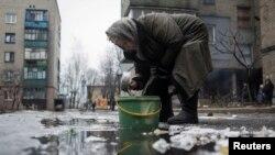 Debaltsevo, suv ağı işlemey, ışıq ve gaz yoqtır, insanlar suvnı balçıqıtan alalar, 2015 senesi, fevral 3 künü