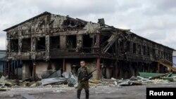 Бойовик угруповання «ДНР» біля зруйнованого внаслідок бойових дій заводу, Нижня Кринка, вересень 2014 року