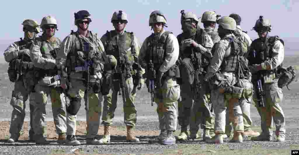 Az amerikai légi csapások célpontja a Pakisztánnal határos délkelet-afganisztáni Tora Bora-barlangkomplexum, Oszáma bin Láden feltételezett rejtekhelye. Az al-Káida vezetője Pakisztánba menekül.2002-ben 9700 amerikai katona állomásozik az országban, 2010-re ez a szám meghaladja a százezer főt