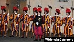 Швейцарские гвардейцы – охрана Папы Римского (архивный снимок)