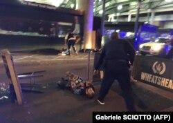 Полицейский возле тела убитого террориста