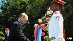 Путин возлагает венок в Гаване, 11 июля 2014 года