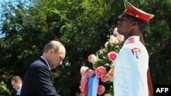 Владимир Путин возложил венок к памятнику советским солдатам в Гаване, 11 июля 2014 г.