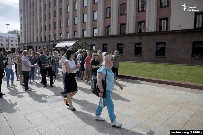 Удзельнікі руху «Маці 328» чакаюць вынікаў сустрэчы каля адміністрацыі кіраўніка краіны