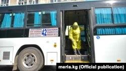 Пандемия шартында автобусту дезинфекциялоо учуру. Бишкек шаары. Март, 2020-жыл. Иллюстрациялык сүрөт.