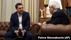 نخستوزیر یونان (چپ) روز جمعه در چارچوب رایزنیها با سیاستمداران این کشور بر سر مذاکرات با مقدونیه، با رئیسجمهور یونان دیدار کرد.