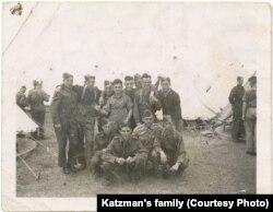 Хоня Кацман (махае рукой у цэнтры) падчас трэніроўкі ў Англіі, 1944 год