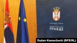 Logo Minstarstva pravde Srbije i zastave Srbije i EU, ilustracija