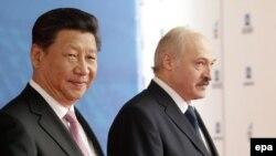 """Сі Цзіньпін і Аляксандар Лукашэнка падчас наведваньня індустрыяльнага парку """"Вялікі камень"""", травень 2015"""