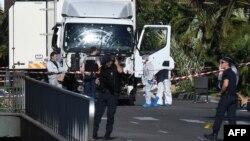 Криміналісти працюють з вантажівкою, яка в'їхала в натовп людей у Ніцці, 15 липня 2016 року