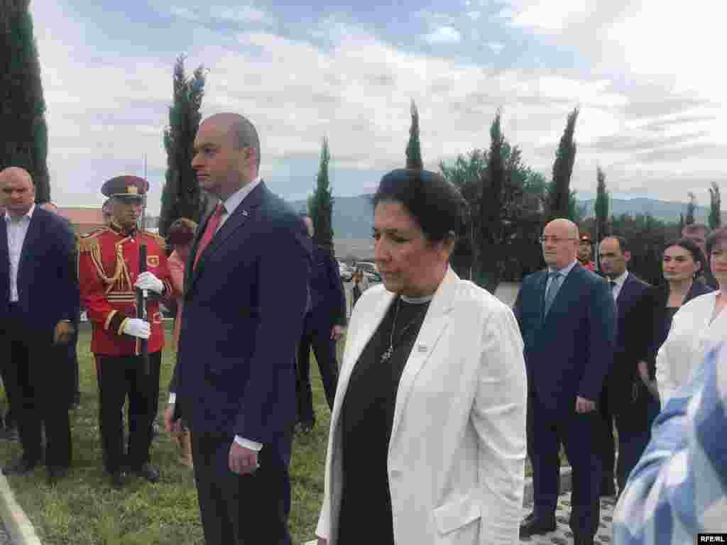 8 августа 2019 года. Президент Грузии Саломе Зурабишвили (справа) и министр обороны страны Леван Изория у Мемориала героев – памятника грузинам, погибшим в сражениях за независимость страны