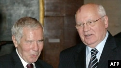 Former Hungarian Prime Minister Gyula Horn (left) and former Soviet leader Mikhail Gorbachev together in Budapest in 2007