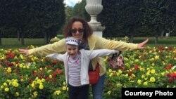 """Юлия Копцева и ее дочь Анастасия, страдающая """"болезнью бабочки"""""""