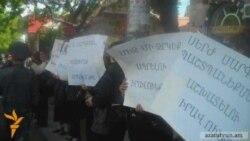 Ոստիկաններն արգելեցին բողոքի ակցիան նախագահականի դիմաց
