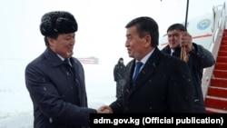 Президент Кыргызстана Сооронбай Жээнбеков (справа) и заместитель премьер-министра Казахстана Аскар Мамин. Астана, 25 декабря 2017 года.