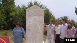 Stećak na grobu Lazara Drljače (1882 - 1970), 16. avgust 2010. Fotografije uz tekst: Mirsada Ćosić