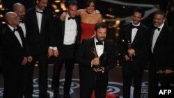 """Актер и режиссер Бен Аффлек (в центре) после получения премии """"Оскар"""" за лучшую режиссерскую работу (фильм """"Арго""""). Лос-Анджелес, 24 февраля 2013 года."""