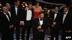 """Энг яхши филм номинациясида Бен Аффлек суратга олган """"Арго"""" филми Оскар соҳиби бўлди."""