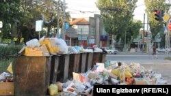 Бишкектеги таштанды челектер.