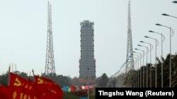 Знамиња на кинеската комунистичка партија по патот што води кон кулата од каде е лансирана ракетата.