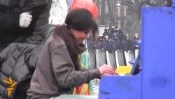 أخبار مصوّرة 10/02/2014: من هجوم انتحاري في أفغانستان إلى الحفل مرتجلة البيانو في أوكرانيا