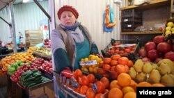 Фрукты-овощи на российском рынке в Краснодаре.