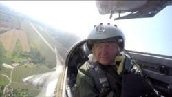 Петр Порошенко МИГ-29 әскери ұшағына мінді