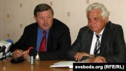 Сярней Калякін і Віктар Карняенка на прэс-канфэрэнцыі ў чэрвені 2012 г.