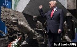 Дональд Трамп у памятника героям Варшавского восстания 1944 года
