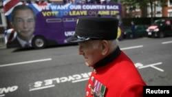 Ұлыбританиялықтарды ЕО-дан шығуға үгіттеген плакаты бар автобустың жанынан өтіп бара жатқан пенсионер. Лондон, 28 мамыр 2016 жыл.