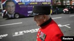 Британский пенсионер идет на фоне постера, призывающего проголосовать за выход Британии из Евросоюза. Лондон, 28 мая 2016 года.