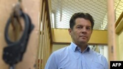 Russia -- Ukrainian journalist Roman Sushchenko, accused by Russia's FSB security service of being a spy, stands inside a defendants' cage during a hearing at a court in Moscow, November 28, 2016