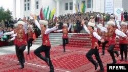 Baýramçylyk çäresinde, Türkmenistan (illýustrasiýa)