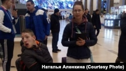 Гости Универсиады Наталья и Виктор, такси которых не пропустили на территорию аэропорта