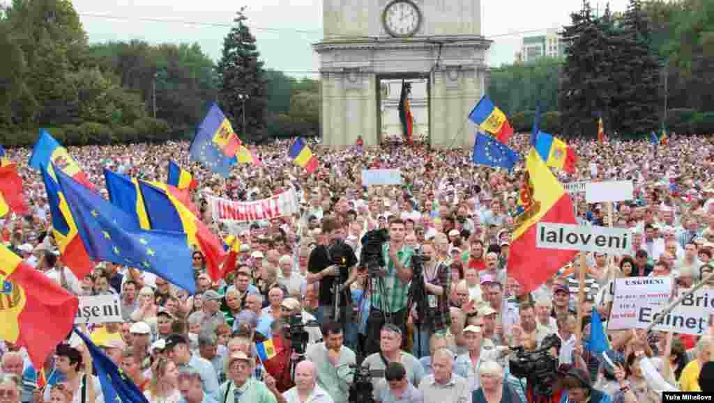 """6 septembrie 2015. Protest organizat de Platiforma civică """"Demnitate şi Adevăr"""". Peste 50 de mii de oameni (potrivit datelor poliției) au protestat în Piața Marii Adunări Naționale, cerând alegeri anticipate, demisia conducerii ţării și a tuturor celor din fruntea instituțiilor de drept."""