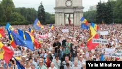 Tens Of Thousands Protest In Moldova Against Bank Fraud